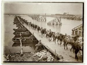 Przeprawa dragonów austrowęgierskich przezrzekę Dniestr podHaliczem pomoście pontonowym wybudowanym przez3 Pułk Piechoty Austro-Węgier wCzechach, 1915.